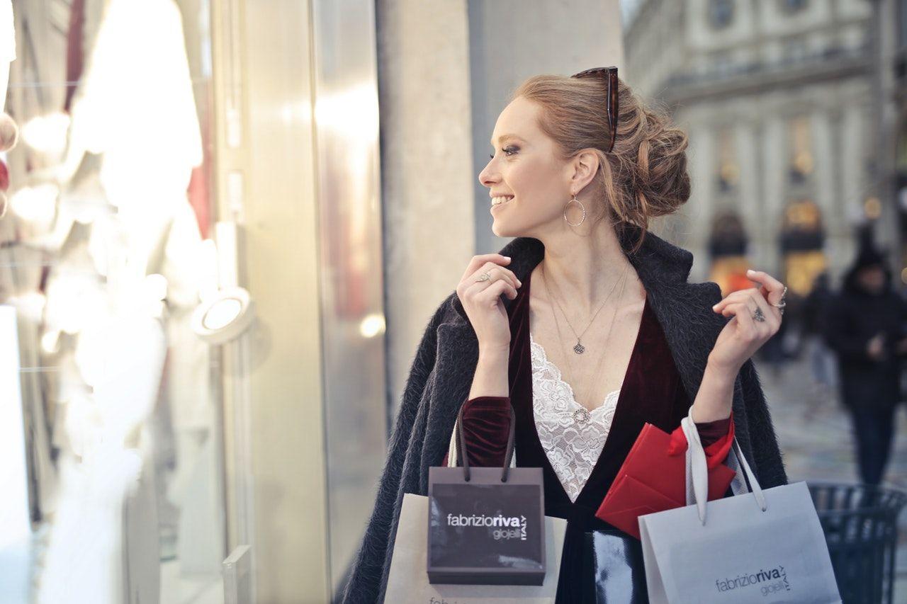 žena na nákupech