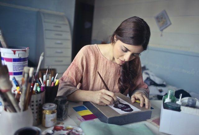 žena maluje